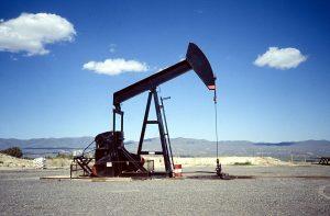 Quién se beneficia del precio bajo del petroleo
